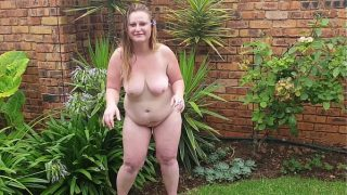 Geile dikke dame geniet van een sigaretje naakt in de tuin