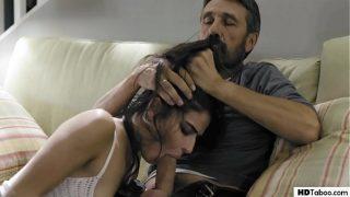 Stiefdochter geeft haar strakke, lekkere lijfje aan haar vader – Emily Willis